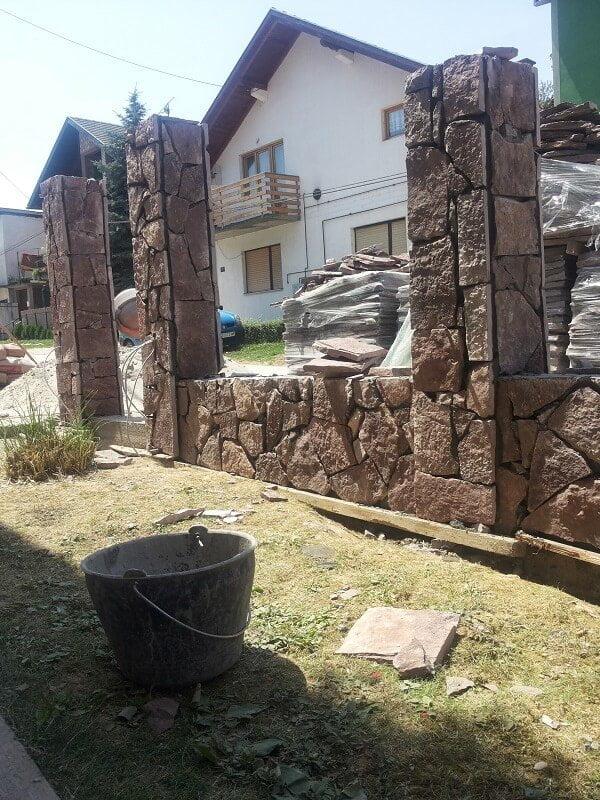 sečena ivica lomljenim kamenom