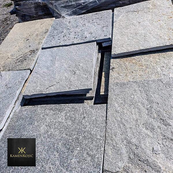 sivi sečeni kamen za dvorište