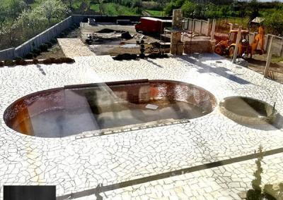 Lomljeni kamen kao plaža oko bazena