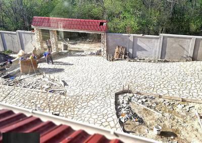 Lomljeni kamen kao ulaz u dvorište