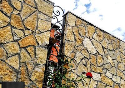 Lomljeni prirodni kamen ograda oko kuce