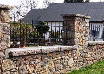 zidana ograda nepravilnim kamenom